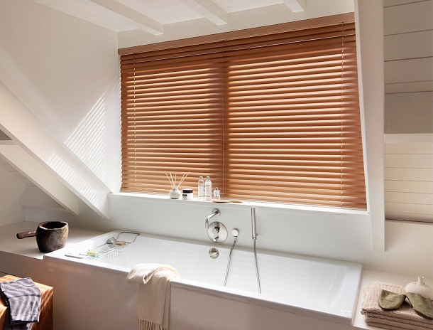 store vénitien en bois pour salle de bain